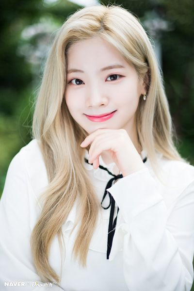 Tags: K-Pop, Twice, Kim Dahyun, Blonde Hair, Outdoors, Black Bow, Chin In Hand, Bow, Dispatch