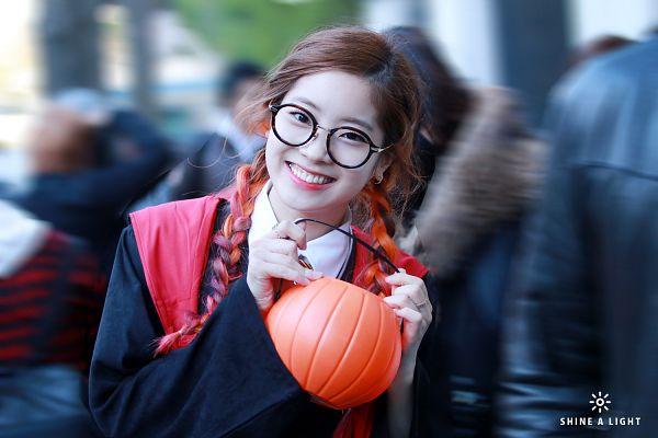 Tags: Kim Dahyun, Multi-colored Hair, Highlights, Glasses, Vegetables, Cosplay, Pumpkin, Black Jacket, Black Outerwear, Wallpaper