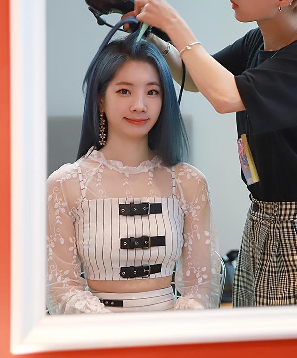 Tags: K-Pop, Twice, Kim Dahyun, Striped Shirt, Striped Shorts, Midriff, Striped, Blue Hair, White Shorts, Shorts