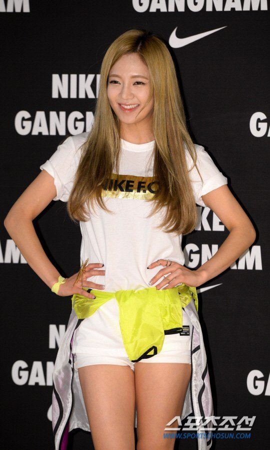 Tags: K-Pop, Girls' Generation, Kim Hyo-yeon, Shorts, White Shorts, Yellow Outerwear, Hand On Hip, Nike