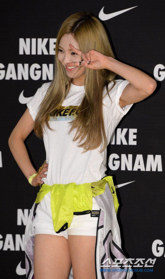 Tags: K-Pop, Girls' Generation, Kim Hyo-yeon, Wink, Yellow Outerwear, Hand On Hip, White Shorts, Shorts, V Gesture, Nike
