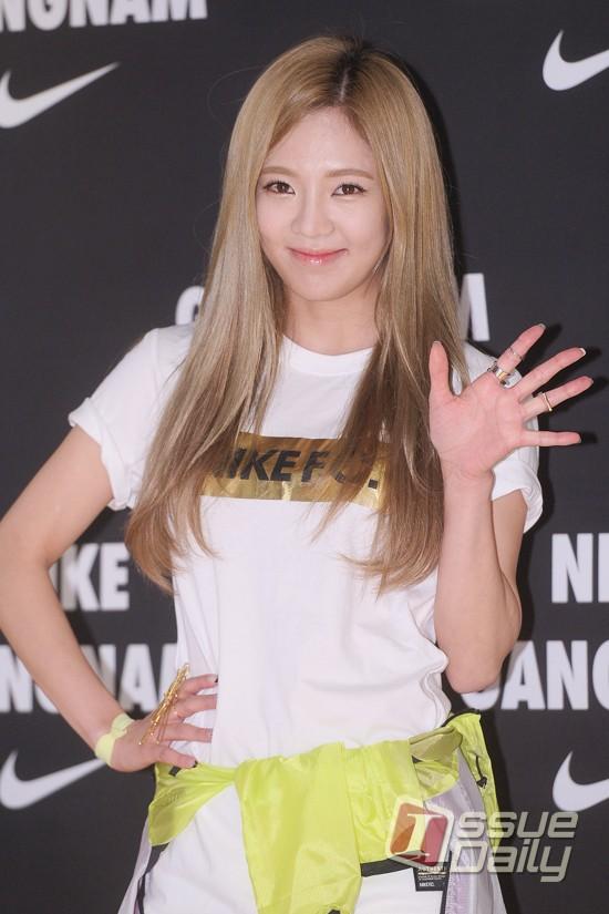Tags: K-Pop, Girls' Generation, Kim Hyo-yeon, Yellow Outerwear, Hand On Hip, Wave, White Shorts, Shorts, Nike