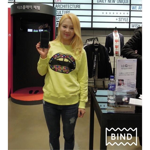 Tags: K-Pop, Girls' Generation, Kim Hyo-yeon, Black Pants, Blonde Hair, Yellow Outerwear, Smartphone, Jeans
