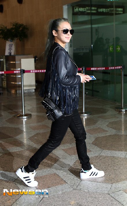 Tags: K-Pop, Girls' Generation, Kim Hyo-yeon, Ponytail, White Footwear, Shoes, Black Outfit, Full Body, Bag, Leather Jacket, Black Pants, Covering Eyes