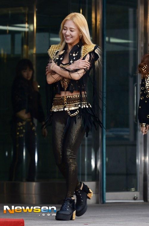Tags: K-Pop, Girls' Generation, Kim Hyo-yeon, Black Shirt, Black Jacket, Shoes, Full Body, Hand On Arm, Boots, Walking, Blonde Hair, Navel