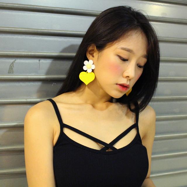 Tags: K-Pop, ICIA, Kim Hyogyeong, Black Eyes, Earrings, Bare Shoulders, Black Shirt, Looking Down, Make Up, Tank Top, Blush (Make Up), Sleeveless