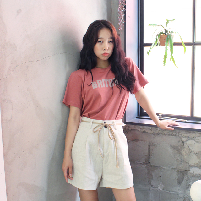 Tags: K-Pop, ICIA, Kim Hyogyeong, Shorts, Short Sleeves, Bracelet, Black Eyes, Plant, Window, White Shorts, Pink Shirt