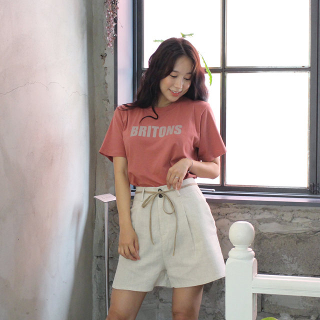 Tags: K-Pop, ICIA, Kim Hyogyeong, Looking Down, Ring, Pink Shirt, Shorts, Short Sleeves, Bracelet, Window, White Shorts