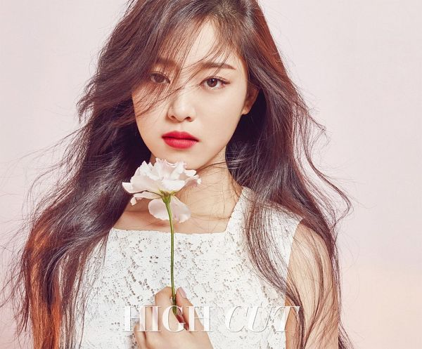 Tags: K-Pop, LOOΠΔ, Kim Hyunjin, Simple Background, Pink Background, Flower, Red Lips, Serious, Make Up, High Cut, Magazine Scan, Innisfree