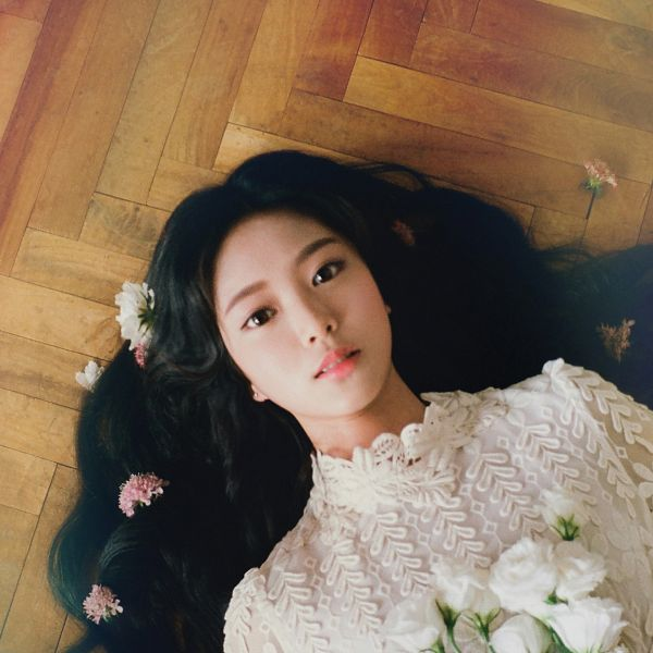 Tags: K-Pop, LOOΠΔ, Around You, Kim Hyunjin, Lace, Laying On Ground, Flower, White Flower, White Outfit, Bouquet, White Dress, Serious