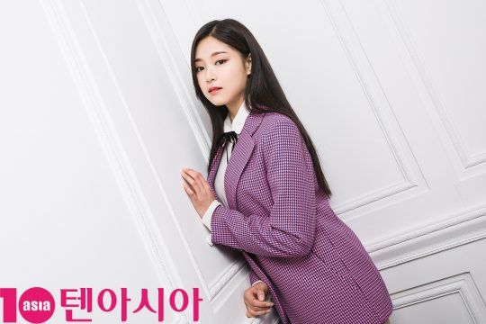 Tags: K-Pop, LOOΠΔ, Kim Hyunjin, Purple Outerwear, Bow, Jacket, Serious, Earrings, Black Bow, Black Eyes, Wall, Magazine Scan