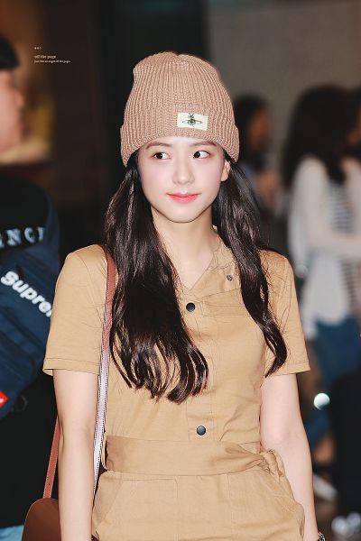 Tags: K-Pop, Black Pink, Kim Jisoo, Wavy Hair, Brown Dress, Bag, Purse, Brown Headwear, Looking Away, Buttons, Brown Outfit