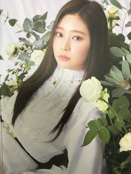 Tags: K-Pop, IZ*ONE, Kim Minju, Flower, White Flower, White Outfit, Serious, White Dress, Belt, Rose (flower), Scan