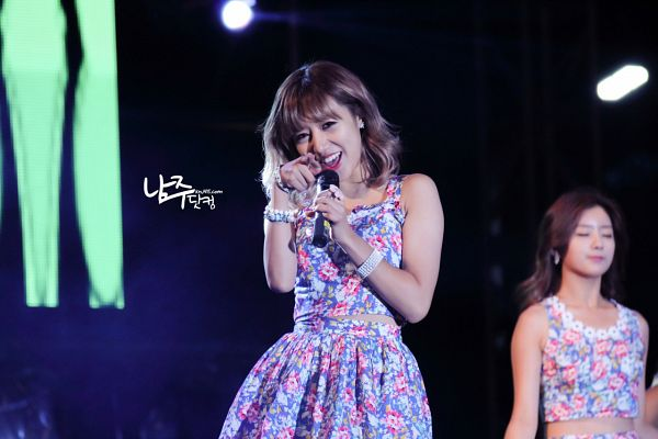 Tags: K-Pop, Apink, Kim Nam-joo, Floral Shirt, Floral Print, Midriff, Floral Skirt, Pointing, Skirt