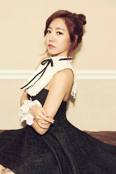 Tags: K-Pop, Apink, Kim Nam-joo, Black Bow, Brown Background, Hair Up, Collar (Clothes), Bare Shoulders, Black Dress, Sleeveless Dress, Single Bun, Bow