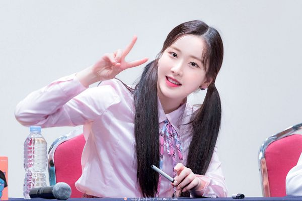 Tags: K-Pop, Momoland, Kim Nayun, Water, Sitting On Chair, Pen, V Gesture, Bottle, Twin Tails, Checkered Neckwear, Gray Background, Chair