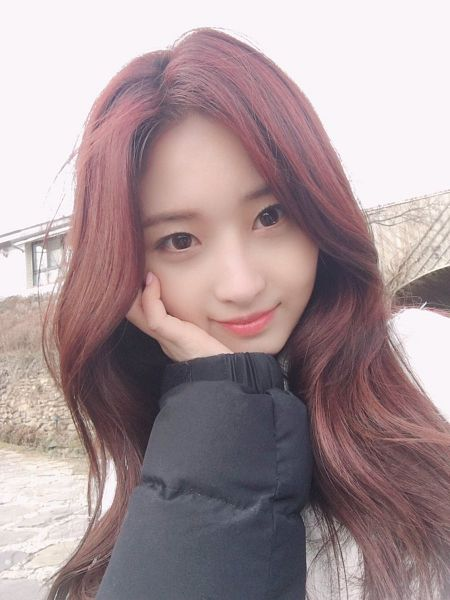Tags: K-Pop, Everglow, Kim Sihyeon, Water, Hand On Head, Outdoors, River, Black Jacket, Black Outerwear, Hand On Cheek