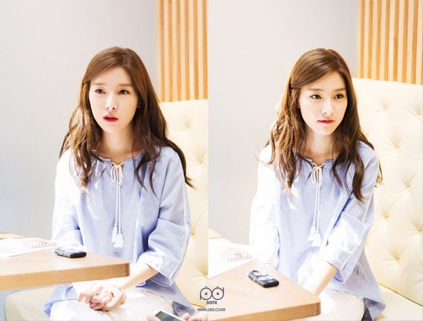 Tags: K-Drama, Kim So-eun, Table, Blue Shirt, White Pants, Sitting On Couch, Two Girls, Wavy Hair, Multiple Persona, Couch, Duo, Our Gap-soon