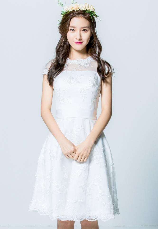 Tags: K-Drama, Kim So-eun, Light Background, Yellow Flower, White Dress, Short Dress, Flower Crown, Wedding Dress, Hair Ornament, Rose (flower), Crown, White Outfit