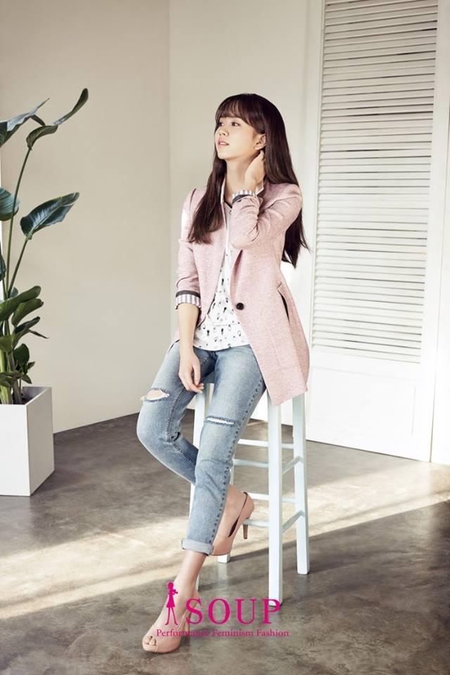 Tags: Kim So-hyun, Jeans, High Heels