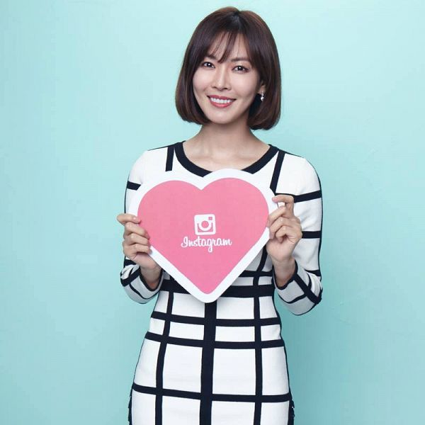 Tags: K-Drama, Kim So-yeon, Light Background, White Background, Checkered, Medium Hair, Heart, Checkered Dress