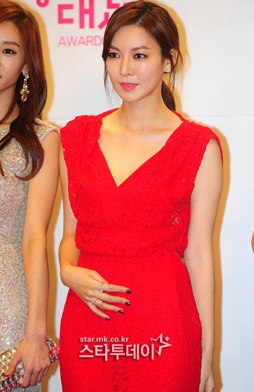 Tags: K-Drama, Kim So-yeon, Ring, Hand On Stomach, Make Up, Red Dress, Nail Polish, Hair Up, Collarbone, Korean Text, Ponytail, Red Outfit