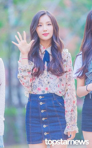 Tags: Hunus Entertainment, K-Pop, Elris, Kim Sohee (Elris), Collar (Clothes), Skirt, Multi-colored Shirt, Floral Print, Wave, Denim Skirt, Bow Tie, Looking Ahead