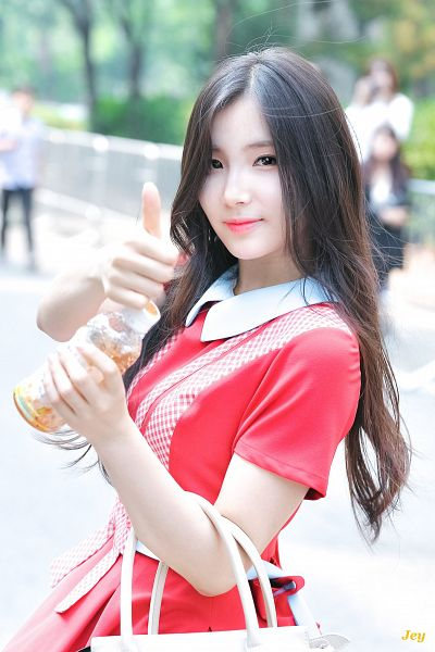 Tags: Hunus Entertainment, K-Pop, Elris, Kim Sohee (Elris), Collar (Clothes), Holding Object, Bottle, Thumbs Up, Short Sleeves, Bag, Red Dress, Red Outfit