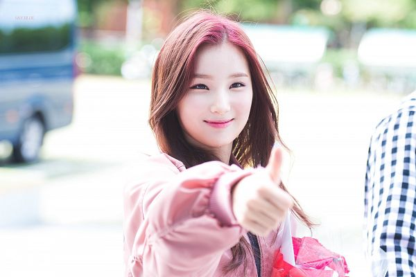 Tags: K-Pop, Elris, Kim Sohee (Elris), Pink Outerwear, Pink Jacket, Close Up, Looking Ahead, Jacket, Thumbs Up, Red Hair, Wallpaper