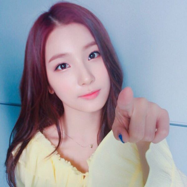 Tags: K-Pop, Elris, Kim Sohee (Elris), Pointing, Nail Polish, Necklace, Yellow Shirt, Red Hair, Make Up, Closed Mouth, Twitter, Selca