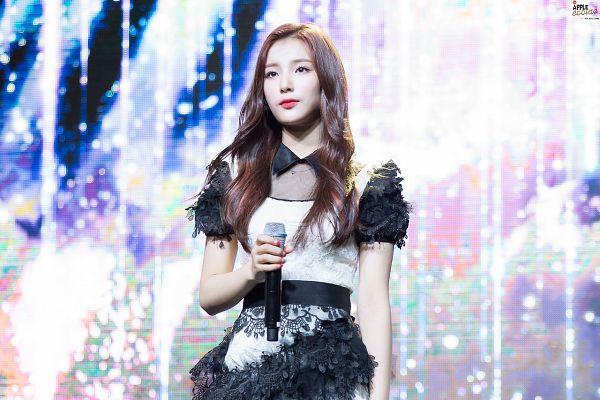 Tags: Hunus Entertainment, K-Pop, Elris, Kim Sohee (Elris), Holding Object, Multi-colored Dress, Necklace, Short Sleeves, ELRIS Color Crush Showcase, Live Performance