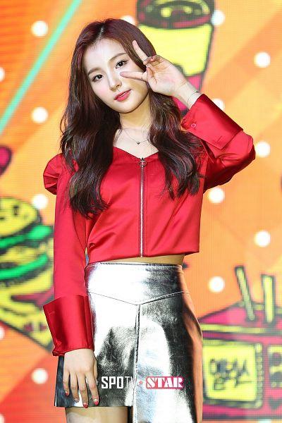 Tags: Hunus Entertainment, K-Pop, Elris, Kim Sohee (Elris), Gray Skirt, V Gesture, Necklace, Looking Ahead, Bracelet, Red Shirt, SPOTV Star News, ELRIS Color Crush Showcase