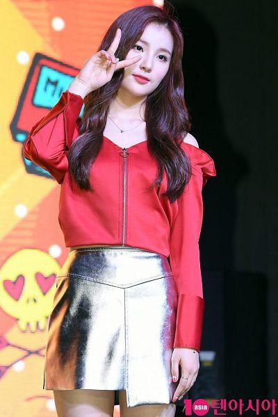 Tags: Hunus Entertainment, K-Pop, Elris, Kim Sohee (Elris), V Gesture, Looking Ahead, Necklace, Red Shirt, Gray Skirt, Ring, Live Performance, 10asia + Star