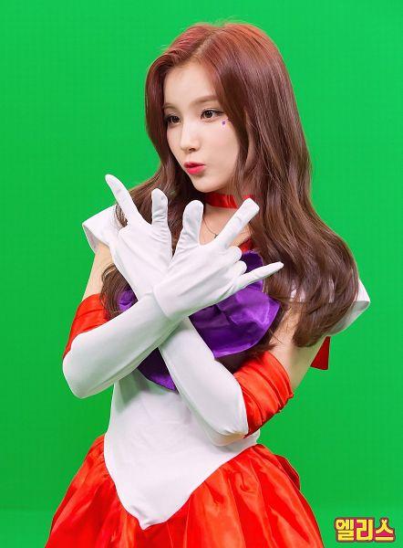 Tags: Hunus Entertainment, K-Pop, Elris, Kim Sohee (Elris), Text: Artist Name, Collar (Clothes), Choker, Green Background, Necklace, Pouting, Korean Text, Gloves
