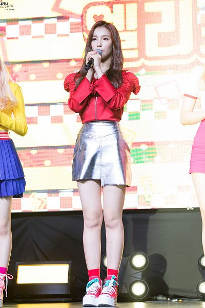 Tags: K-Pop, Elris, Kim Sohee (Elris), Red Shirt, Socks, Gray Skirt, Sneakers, Holding Object, Looking Ahead, Shoes, Live Performance, ELRIS Color Crush Showcase