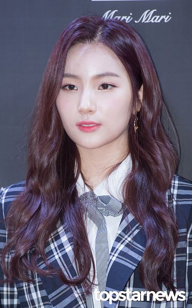 Tags: Hunus Entertainment, K-Pop, Elris, Kim Sohee (Elris), Bow Tie, Checkered Jacket, Earrings, Red Carpet, Close Up, Looking Ahead, English Text, Blue Outerwear