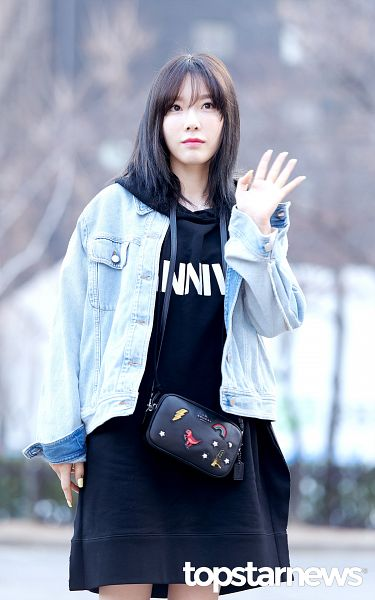 Tags: K-Pop, SM Town, Girls' Generation, Kim Tae-yeon, Jacket, Black Outfit, Closed Mouth, Blunt Bangs, Wave, Looking Ahead, Black Dress, Purse