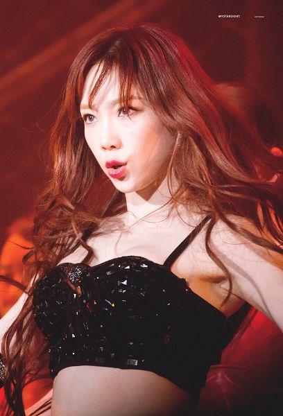 Tags: K-Pop, Girls' Generation, Kim Tae-yeon, Crop Top, Midriff, Red Background, Sleeveless Shirt, Sleeveless, Bare Shoulders, My Starlight