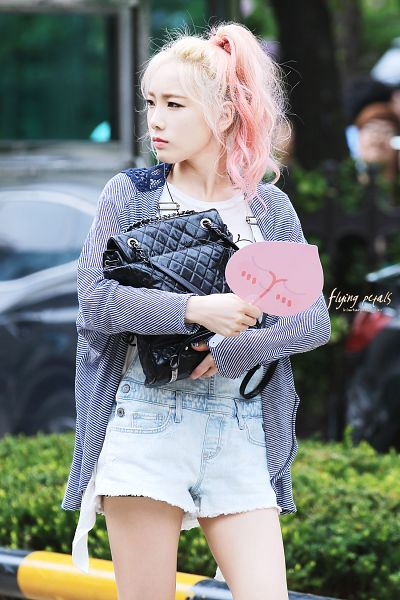 Tags: K-Pop, Girls' Generation, Kim Tae-yeon, Ponytail, Striped, Bag, Multi-colored Hair, Overalls, Android/iPhone Wallpaper