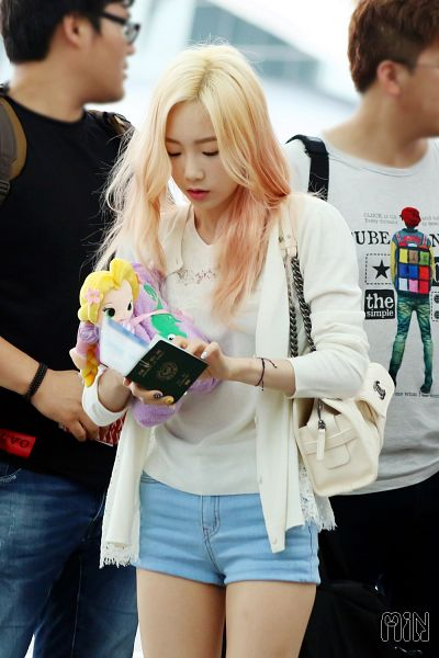 Tags: K-Pop, Girls' Generation, Kim Tae-yeon, Multi-colored Hair, Bag, Shorts, White Outfit, Android/iPhone Wallpaper