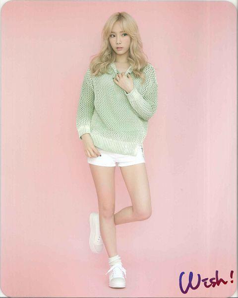 Tags: K-Pop, Girls' Generation, Kim Tae-yeon, Leg Up, Shoes, White Footwear, Sneakers, Shorts, Standing On One Leg, Blonde Hair, White Shorts, Looking Away