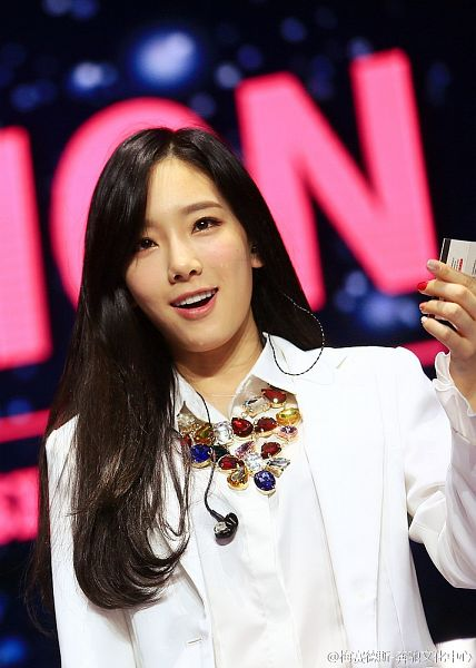 Tags: K-Pop, Girls' Generation, Kim Tae-yeon, Necklace, Make Up, White Jacket, White Outfit, Nail Polish, Looking Up