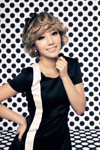 Tags: K-Pop, Girls' Generation, HOOT, Kim Tae-yeon, Black Bow, Light Background, Hair Ornament, Hand On Hip, Hair Bow, White Background, Black Headwear, Black Dress