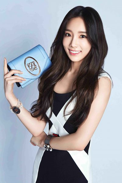 Tags: K-Pop, Girls' Generation, Kim Tae-yeon, Bracelet, Crossed Arms, Black Outfit, Bag, Black Dress, Blue Background, Android/iPhone Wallpaper, Louis Quatorze