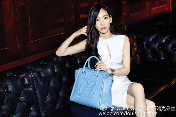 Tags: K-Pop, Girls' Generation, Kim Tae-yeon, White Dress, Bag, Sleeveless, Text: Brand Name, Bare Legs, Sitting On Couch, Text: URL, Sleeveless Dress, Hand In Hair