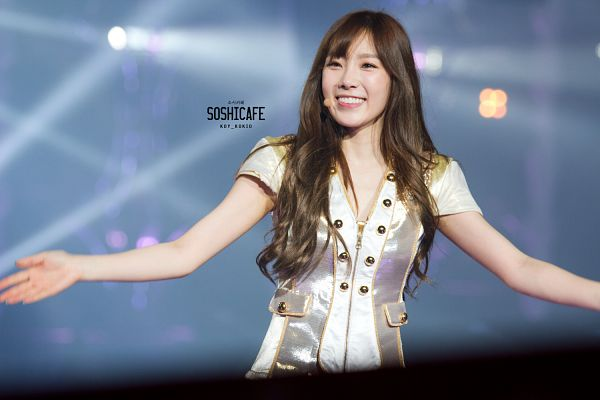 Tags: Girls' Generation, Kim Tae-yeon, Arms Out, Looking Away, Gray Outerwear, Wallpaper