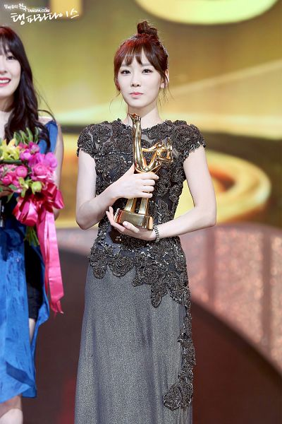 Tags: K-Pop, Girls' Generation, Kim Tae-yeon, Bracelet, Trophy, Hair Up, Ponytail, Gray Dress, Sleeveless Dress, Necklace, Android/iPhone Wallpaper, Golden Disc Awards