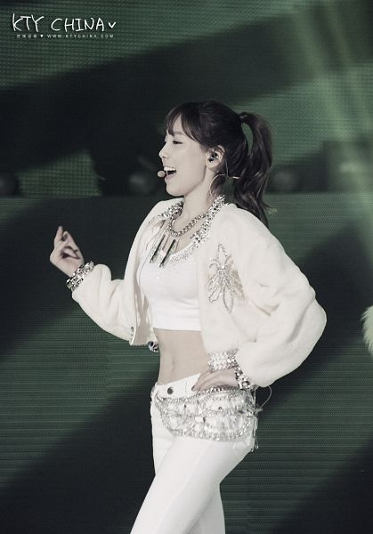 Tags: Seoul Music Awards, K-Pop, Girls' Generation, I Got A Boy, Kim Tae-yeon, Side View, Eyes Half Closed, Walking, White Jacket, Midriff, Hand On Hip, White Pants