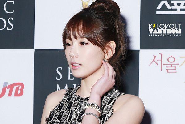 Tags: K-Pop, Girls' Generation, Kim Tae-yeon, Black Outfit, Medium Hair, Hand On Neck, Hair Up, Sleeveless, Sleeveless Dress, Ponytail, Checkered, Side View