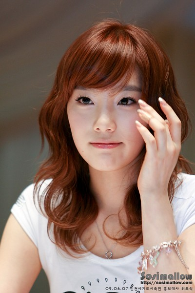 Tags: K-Pop, Girls' Generation, Kim Tae-yeon, Gray Background, Necklace, Bracelet, Close Up, Wavy Hair, Sosimallow